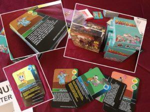 Bilden föreställer kort från spelet Nättrollz. Kortens bilder föreställer olika roliga tecknade figurer, med text under. Bland motiven finns en söt kattunge, en fågelskrämma (halmgubbe) och en tecknad man med stor näsa.