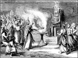 Bilden är en svartvit teckning och föreställer en drottning på en tron, med en samling undersåtar runt sig. Feamför henne eldar en prästliknande figur på ett rykande altare.