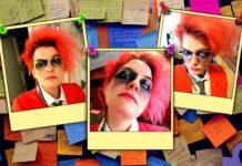 Bilden föreställen en anslagstavla full av postit-lappar. Över detta är monterade tre polaroid-liknande bilder av skribenten med knallrött hår, röd kavaj och en rosa ögonlins.