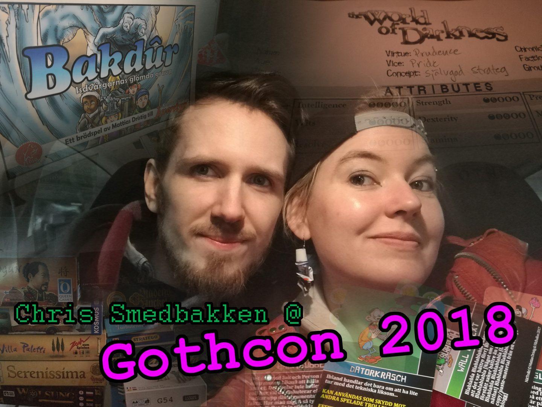 Bilden föresäller två leende personer, en med skägg och en utan, i mitten av ett virrvarr av monterade bilder på brädspel, rollspelspapper och spelkort. Över bilden finns texten Chris Smedbakken på Gothcon 2018