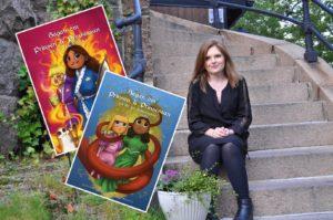 Bilden föreställer en kvinna med långt, brunt hår som sitter på en stentrappa omivenav grönska. Över fotot är två bilder monterade, föreställande de tecknade omslagen på två barnböcker. Omslagen föresället en mörkhårig flicka och en ljushårig pojke. På den ena bilden är de omgivna av eld, och på den andra är de omslingrade av en röd tentakel.
