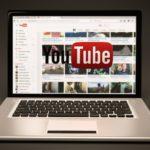 En laptop med sajten Youtube på skärmen